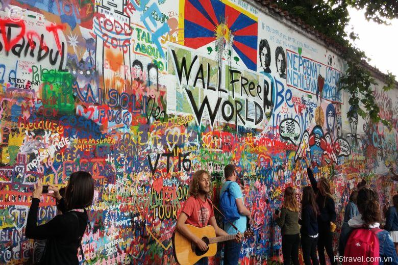 Czech graffiti 780x520 - Tour du lịch Đông Âu: Áo – CH Séc – Hungary – Đức